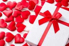 Красные сердца и подарочная коробка Copyspace стоковое фото rf