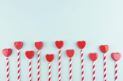 Красные сердца и striped соломы с космосом экземпляра на ультрамодном цвете чеканят фон как шаловливая современная предпосылка дн стоковое фото