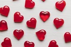 Красные сердца на белом деревянном субстрате Стоковое Фото