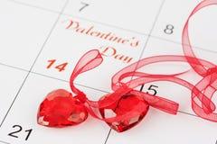 Красные сердца с лентами на календаре Стоковые Изображения RF