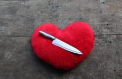 Красные сердце и нож стоковые фото