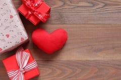Красные сердце и подарочные коробки плюша на таблице Стоковое Фото