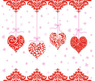 Красные сердца валентинки вися в ряд Стоковые Фото