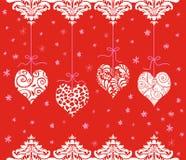 Красные сердца валентинки вися в ряд Стоковые Изображения RF
