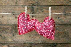 Красные сердца вися на веревке для белья Стоковое фото RF