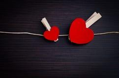 Красные сердца вися на веревке для белья Стоковое Фото