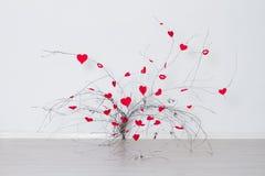 Красные сердца вися на ветви дерева связанный вектор Валентайн иллюстрации s 2 сердец дня Стоковое фото RF