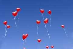 Красные сердца воздушного шара в небе Стоковая Фотография RF