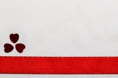 Красные сердца ленты сатинировки на белой ткани Стоковое Изображение RF