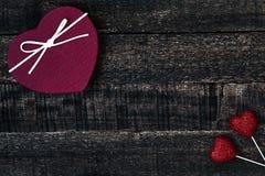 Красные сердца и деревянный стол Стоковые Фотографии RF