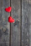 Красные сердца на деревенской древесине Стоковые Изображения