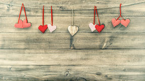 Красные сердца на деревянной предпосылке красный цвет поднял ретро тип Стоковое Изображение RF