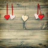 Красные сердца на деревянной предпосылке красный цвет поднял Стоковое Изображение RF