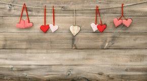 Красные сердца на деревянной предпосылке красный цвет поднял Стоковая Фотография RF