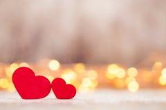 Красные сердца на деревянной предпосылке Стоковое Изображение RF