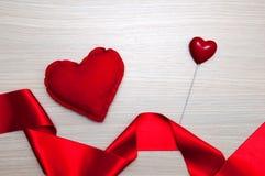 Красные сердца на деревянном столе Стоковые Изображения
