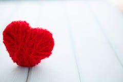 Красные сердца на древесине Стоковое Изображение RF