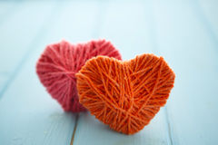 Красные сердца на древесине Стоковые Изображения