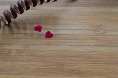Красные сердца на древесине Стоковые Фотографии RF