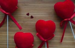 Красные сердца на древесине стоковое изображение