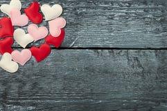 Красные сердца на темных досках Стоковые Фотографии RF