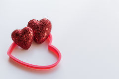 Красные сердца яркого блеска на текстурированной белой предпосылке стоковое фото rf
