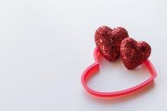Красные сердца яркого блеска на текстурированной белой предпосылке Стоковая Фотография RF