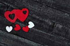Красные сердце и деревянный стол Стоковая Фотография RF