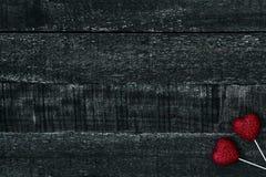 Красные сердце и деревянный стол Стоковое фото RF