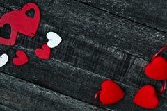 Красные сердце и деревянный стол Стоковые Изображения