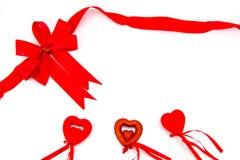 Красные смычок и подарочная коробка сердце принципиальной схемы над белизной Валентайн красного цвета розовой Стоковые Фотографии RF