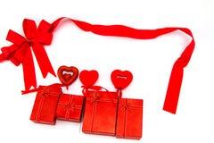 Красные смычок и подарочная коробка сердце принципиальной схемы над белизной Валентайн красного цвета розовой Стоковое Изображение RF