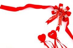 Красные смычок и подарочная коробка сердце принципиальной схемы над белизной Валентайн красного цвета розовой Стоковое Изображение
