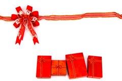Красные смычок и подарочная коробка сердце принципиальной схемы над белизной Валентайн красного цвета розовой Стоковая Фотография