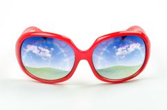 Красные солнечные очки с отражением красивого ландшафта Стоковые Фото