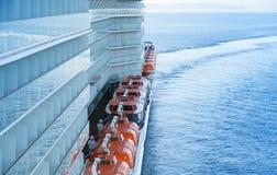 Красные спасательные лодки на большом пассажирском пароме Стоковые Фото