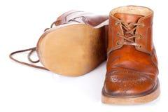 Красные старые кожаные ботинки изолированные на белой предпосылке стоковые изображения rf