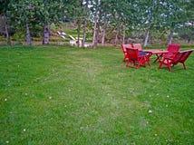 Красные столы для пикника и стулья стоковые фотографии rf