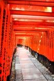 Красные стробы Torii в святыне Fushimi Inari, Киото Стоковая Фотография RF