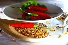 Красные тайские pappers чилей как весь и как пряный стоковое изображение