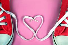 Красные тапки с сердцем shoestring Стоковое Фото