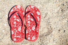 Красные тапочки лета на пляже Стоковые Фото