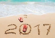 Красные темповые сальто сальто и числа 2017 на пляже Стоковые Фото