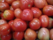 Красные томаты в супермаркете Стоковые Изображения RF