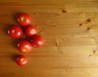 Красные томаты и вишня на деревянном столе томаты courgettes предпосылки свежие vegetable Стоковые Фото