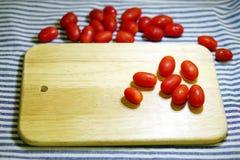 Красные томаты и нож вишни Стоковое фото RF