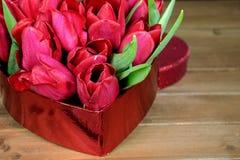 Красные тюльпаны в коробке сердца Стоковое Фото