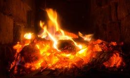Красные угли и желтое пламя стоковая фотография rf