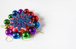 Красные украшения рождества на светлой предпосылке небо klaus santa заморозка рождества карточки мешка Тема зимнего отдыха Стоковое Фото