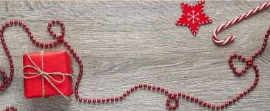 Красные украшения рождества wiyh подарочной коробки на деревянной предпосылке Sp Стоковые Фото